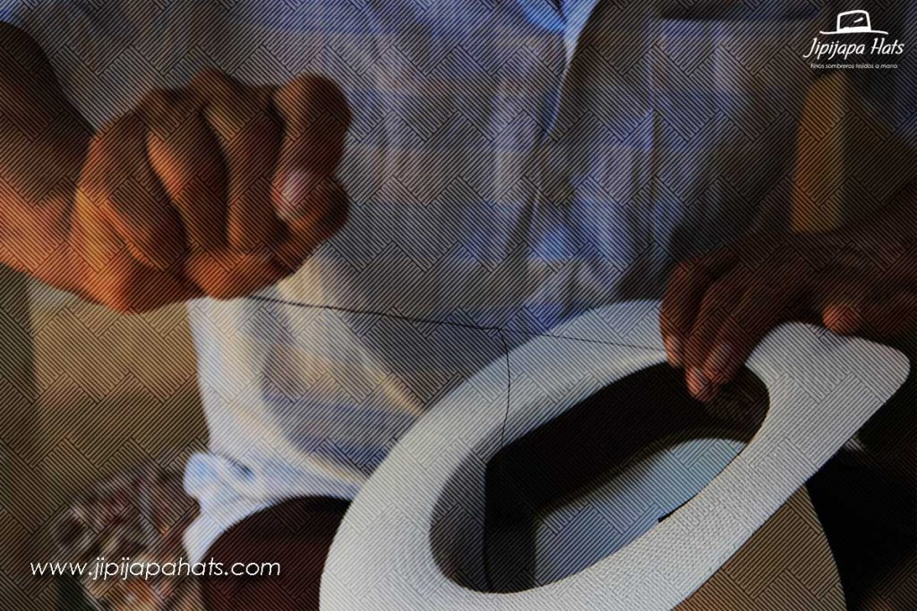 Ajustando la badana para la medida del sombrero panameño